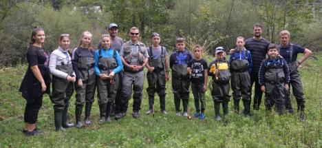 Aqua Crisius a dus copii în tabără pe Valea Iadului, la lecţii de pescuit (FOTO)