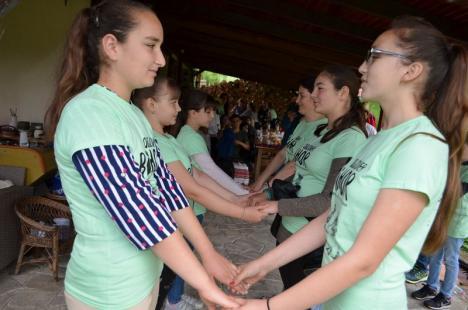 Ca pe vremuri: 60 de elevi au descoperit tradiţiile aproape uitate din Ţara Beiuşului (FOTO)