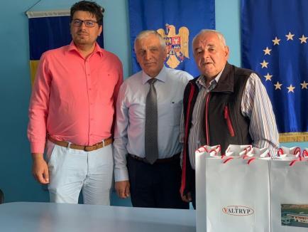 După viziere pentru personalul medical şi poliţişti, Valtryp Oradea îi ajută cu tablete și pe copiii din Dobreşti