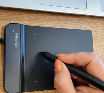 Dotări smart, din economii: Toţi profesorii unui colegiu din Oradea au primit tablete grafice, ca şcoala online să fie mai uşoară