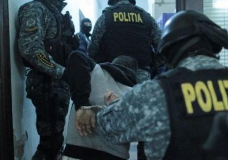 Tâlhari mascaţi: Doi recidivişti care au jefuit o tânără şi i-au bătut prietenul au fost arestaţi