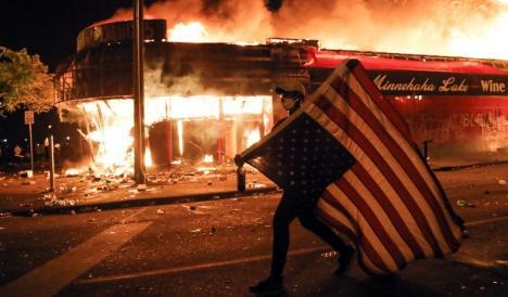 Arde SUA! 25 de oraşe americane se închid peste noapte pentru a stăvili protestele (VIDEO)