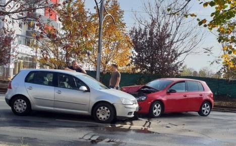 S-au buşit! Două Volkswagen-uri serios avariate, după o tamponare pe Calea Aradului