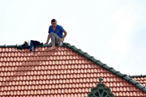 Agitaţie în centrul Oradiei: Un tânăr a ameninţat că se aruncă de pe Palatul Vulturul Negru (FOTO / VIDEO)