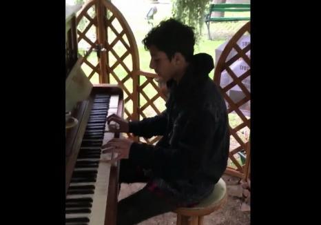 Un tânăr fără casă şi fără familie impresionează cântând la pianina din Parcul Libertăţii (VIDEO)