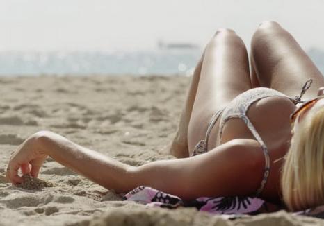 Grijă la soare! A ajuns la spital cu arsuri de gradul I pe 90% din corp, după ce a adormit la plajă