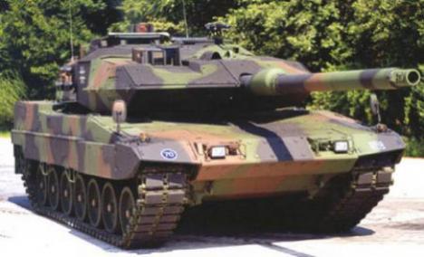 Un englez îşi cumpără tancuri şi le scoate la plimbare