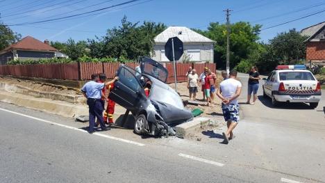 Accident în Bihor: Un bărbat a intrat cu maşina într-un cap de pod şi a rămas încarcerat