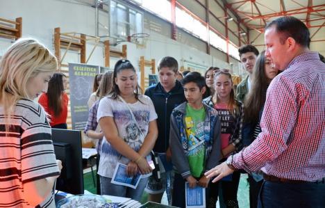 Târg pentru viitor: Elevii bihoreni, ajutaţi să-şi găsească meseria potrivită, la primul târg la care firmele îşi prezintă şi dotările, nu doar oferta de angajare