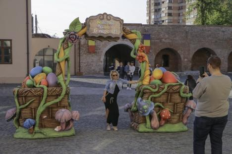 S-a deschis Târgul de Paşti, în Cetate: Ouă gigant, iepuraşi, un labirint verde şi multe bunătăţi (FOTO / VIDEO)