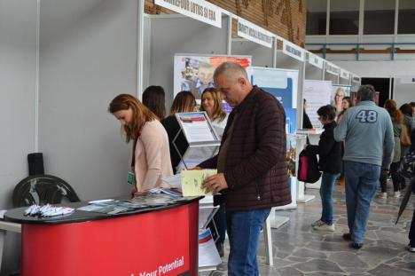 Bursa locurilor de muncă: aproape 1000 de bihoreni au mers să-și caute noi joburi (FOTO)