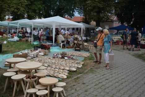 Târgul tradiţiilor. Meşterii populari îşi aşteaptă clienţii în Parcul Bălcescu (FOTO)