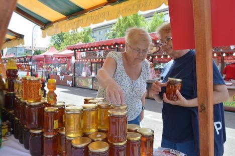 Hai la târg! Miere, dulceţuri, brânzeturi, zacuscă, pălincă, ciocolată de casă, artizanat şi muzică populară, la târgul 'Produs de Cluj' (FOTO)