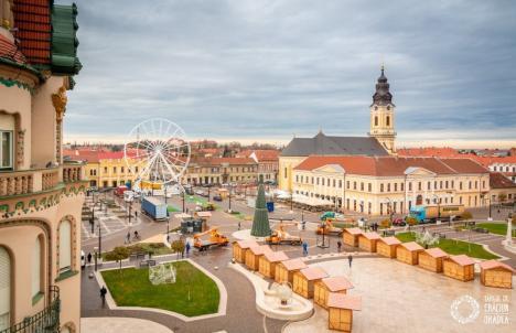 Pregătiri de Crăciun: Piaţa Unirii, decorată cu un brad înalt, căsuţe din lemn şi o roată-carusel imensă (FOTO)
