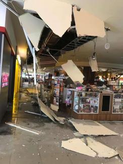 O bucată de tavan s-a prăbușit la Iulius Mall, în Cluj Napoca! Cum s-a petrecut incidentul (VIDEO)