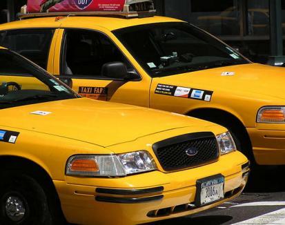 A returnat 21.000 de dolari, găsiţi în taxi