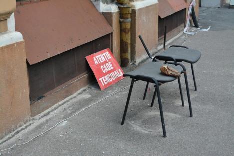 Alarma cu scaunul: Cum au decis niște şefuţi din Oradea să protejeze trecătorii de o clădire care stă să se prăbușească (FOTO)