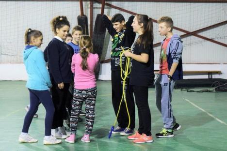 Copiii romi din Vadu Crişului învaţă tenis (FOTO)