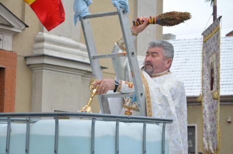 Urare către Primărie: Un preot de la Biserica cu Lună şi-a predicat revolta faţă de Bolojan şi… Târgul de Crăciun