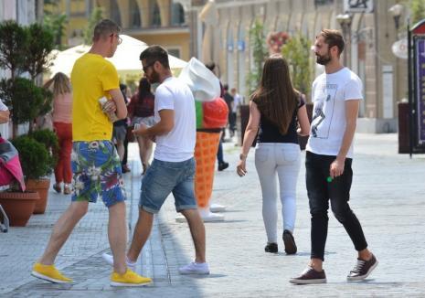 """Poliţiştii din Oradea l-au amendat pe unul dintre escrocii de pe Corso care """"vând"""" vise cu fotomodele"""
