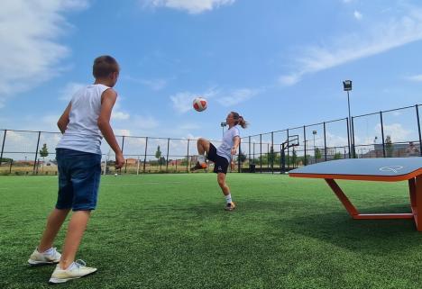 Teqball în Oradea: Două mese de joc au fost donate orașului. Vezi unde și cum se poate practica noul sport! (FOTO)