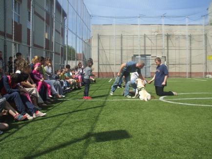 Terapia cu căţei, un succes pentru copiii orădeni cu dizabilităţi (FOTO)