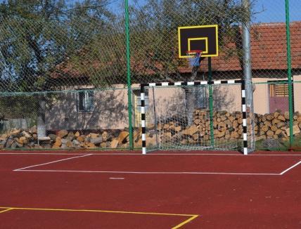 Premieră în Bihor: Teren de sport din tartan, pentru elevii şcolii din Hidişelu de Sus