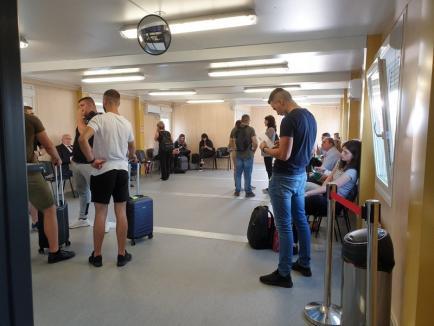 'Ne cerem scuze!': Pasagerii care zboară de pe Aeroportul din Oradea, înghesuiţi în containere (FOTO)