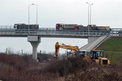 Proba cu camioane grele la pasarela din zona Metro: lucrarea e gata să fie dată în folosinţă (FOTO)