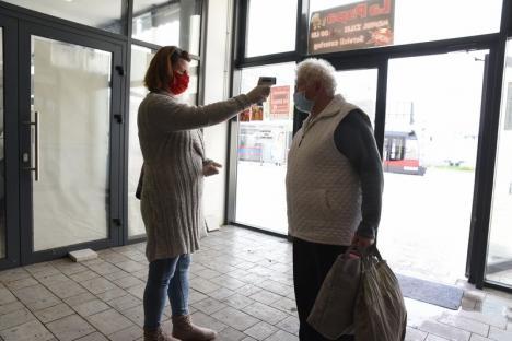 Măsuri anti-coronavirus, în Oradea: Comercianţii şi cumpărătorii sunt testaţi cu termometrul la intrarea în pieţe (FOTO)
