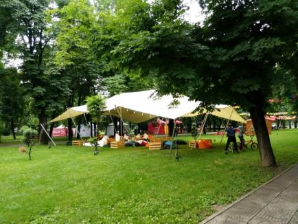 Picnic fără participanţi. Ploaia îi ţine pe orădeni departe de festivalul The Big Picnic (FOTO)
