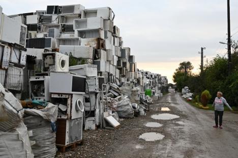 """Amendă de 50.000 lei pentru """"oraşul"""" de deşeuri electrice ridicat de firma Bene Internaţional în Tileagd"""