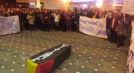 În frunte cu liderul lor, un orădean, studenţi din toată ţara au protestat faţă de legile justiţiei, cu un sicriu şi lumânări