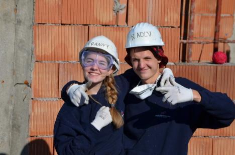Tineri voluntari din 10 ţări au venit în Bihor ca să construiască locuinţe pentru sărmani