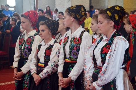 Întâlnirea tinerilor ortodocşi. Peste 800 de tineri din 120 de parohii bihorene s-au întâlnit la Oradea (FOTO)