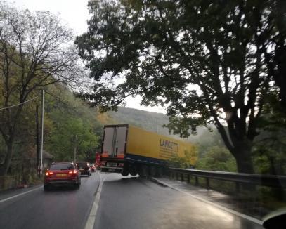 Atenţie pe şosele! Un TIR din Bihor a ajuns în şanţ la Ciucea (FOTO)