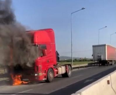 Un TIR a luat foc în mers la ieșirea din Oradea spre Oșorhei (FOTO)