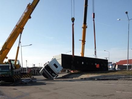 Un TIR cu încărcătură de 22 de tone s-a răsturnat peste un sens giratoriu de pe centură