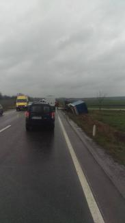 Accidente unul după altul în Bihor: Un TIR s-a răsturnat în zona Marghita, un altul s-a lovit de un autoturism la Piatra Craiului (FOTO)