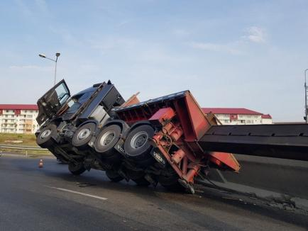 Tir răsturnat în sensul giratoriu din Calea Aradului din Oradea: două platforme din beton au căzut în mers dintr-un transport agabaritic (FOTO / VIDEO)