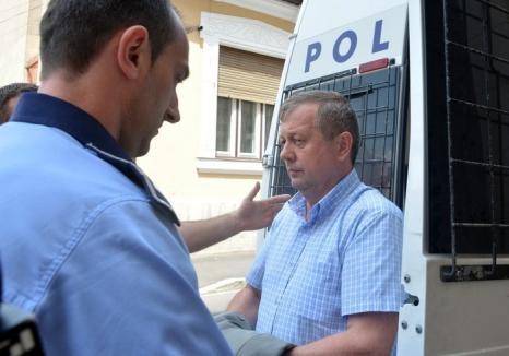 Fostul şef al Casei de Pensii Bihor, protectorul medicilor care-i 'taxau' pe pensionarii de boală, condamnat la închisoare
