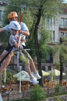 Aventură în inima oraşului. Orădenii au 'zburat' cu tiroliana peste Crişul Repede (FOTO/VIDEO)
