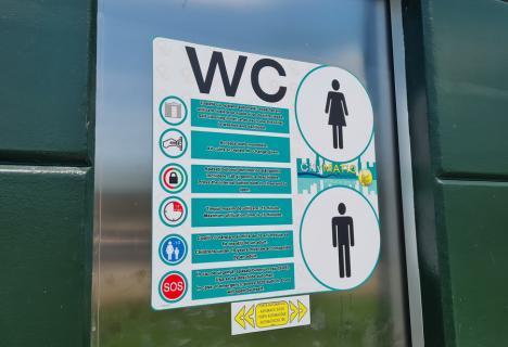 """Toaleta """"bibelou"""": Una dintre modernele toalete publice din Parcul de pe Barcăului a și cedat (FOTO / VIDEO)"""