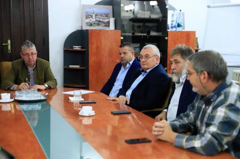 """Mini-proiecte, mega-orgolii: Consiliul Judeţean ceartă PNL fiindcă primarul din Aleşd """"vrea să îşi asume"""" meritul semnării contractului pentru un complex sportiv"""