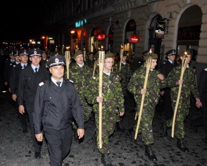 Militarii orădeni defilează în ceremonialul retragerii cu torţe