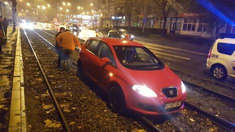 Tractată cu tramvaiul:  O şoferiţă şi-a băgat Seat-ul între liniile de tramvai, blocând traficul garniturilor (FOTO / VIDEO)