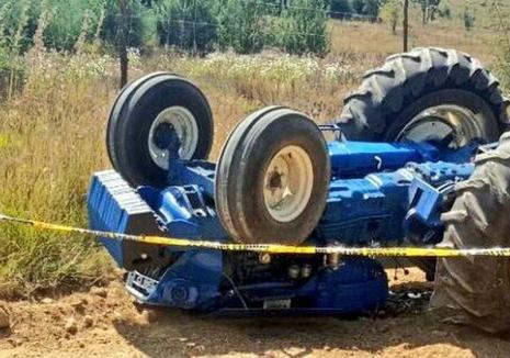 Un tânăr de 24 de ani din Bihor a murit, după ce un tractor s-a răsturnat peste el