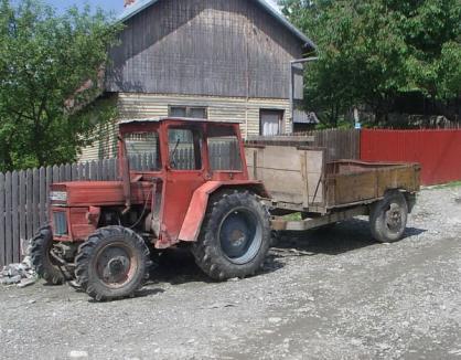 Un bărbat de 60 de ani a murit sub roţile tractorului pe care-l conducea