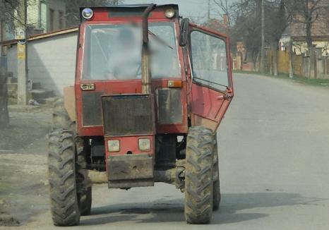 Întâmplare şocantă în Bihor: Un copil de 13 ani din satul Ferice, lăsat la volanul unui tractor pe şosea, a rănit grav o fetiţă de 5 ani!