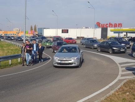 Trafic paralizat! Miile de orădeni care s-au dus la Piaţa 100 au blocat şoseaua de centură. Primăria şi ADP îşi 'asumă responsabilitatea' (FOTO/VIDEO)